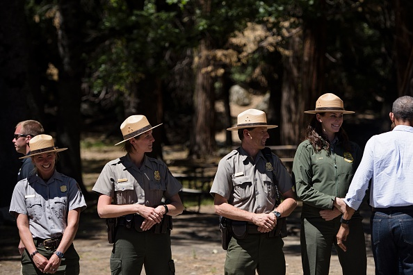 US President Barack Obama speaks with park staff before boarding Marine One in Ahwahnee Meadow after visiting Yosemite National Park June 19, 2016 in Yosemite Vally, California. / AFP / Brendan Smialowski (Photo credit should read BRENDAN SMIALOWSKI/AFP/Getty Images)