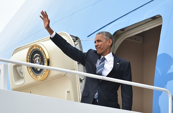 US President Barack Obama waves as he boards Air Force One, before departing from Andrews Air Force Base in Maryland on June 23, 2016 en route to California. / AFP / MANDEL NGAN (Photo credit should read MANDEL NGAN/AFP/Getty Images)