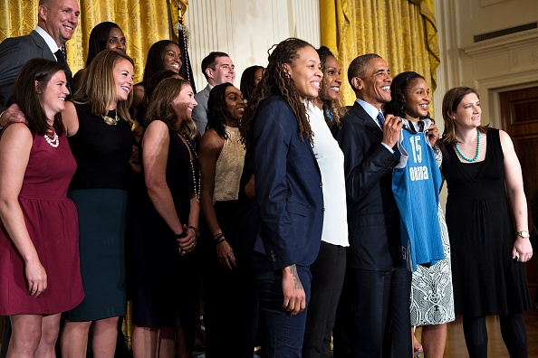 US President Barack Obama poses during an event to celebrate the 2015 WNBA Champions, Minnesota Lynx, in the East Room of the White House June 27, 2016 in Washington, DC. / AFP / Brendan Smialowski (Photo credit should read BRENDAN SMIALOWSKI/AFP/Getty Images)