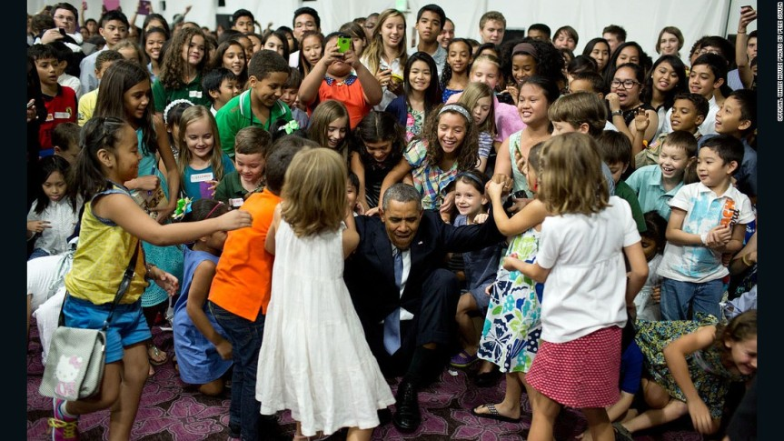 150605142634-obama-and-kids-in-manilla-super-169