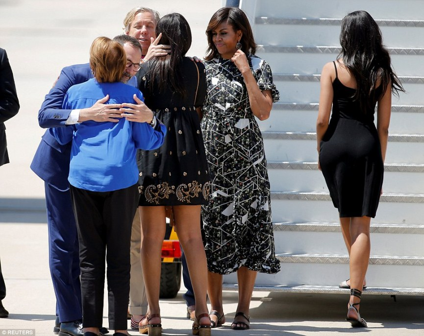 35DBD78D00000578-3669973-U_S_first_lady_Michelle_Obama_looks_on_as_her_daughter_Sasha_and-a-41_1467391314619