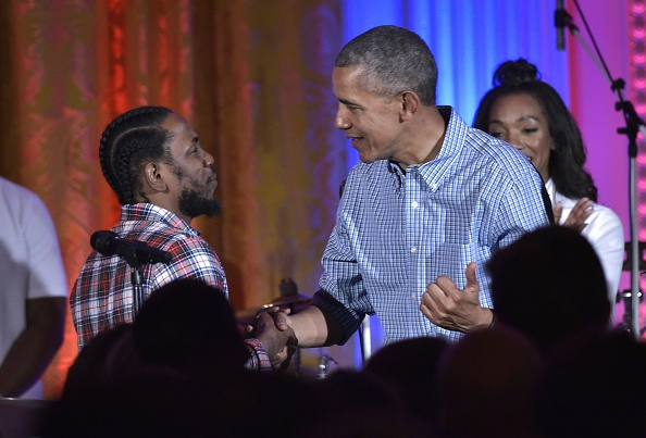 US President Barack Obama shakes hands with peformer Kendrick Lamar during an Independence Day Celebration for military members and administration staff on July 4, 2016 in the East Room of the White House in Washington, DC. / AFP / Mandel Ngan (Photo credit should read MANDEL NGAN/AFP/Getty Images)