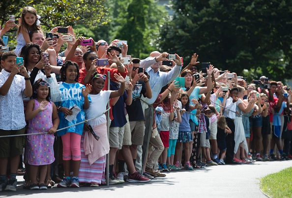 Guests wave as US President Barack Obama departs the White House for his trip to Warsaw, Poland, on July 7, 2016, in Washington, DC. / AFP / MOLLY RILEY (Photo credit should read MOLLY RILEY/AFP/Getty Images)