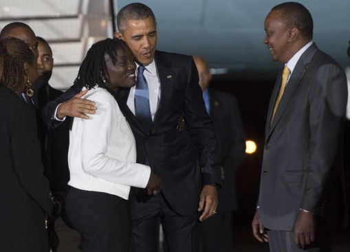 Barack_Obama_embraces_his_sister_629700668